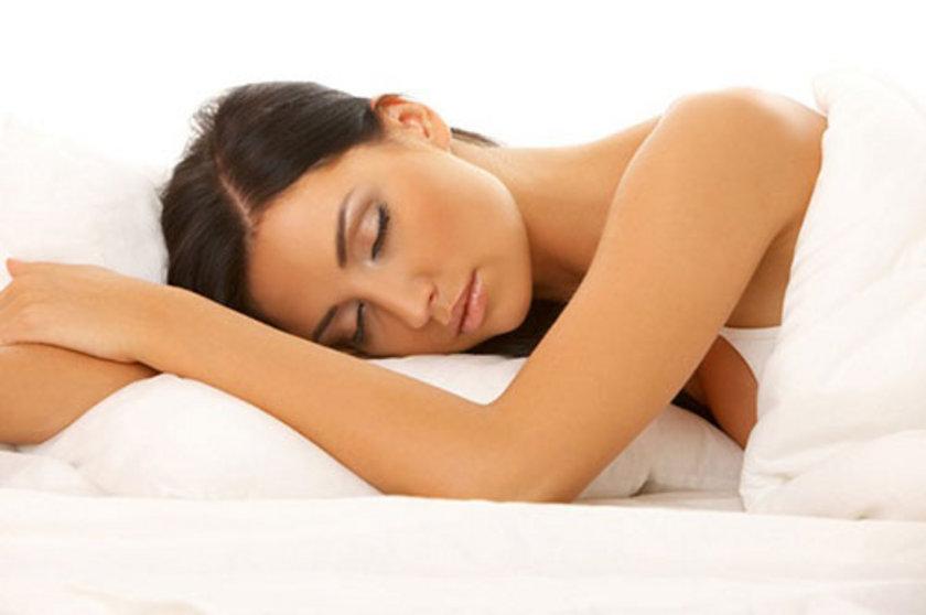 Birbirinden çok farklı karakterleri olan üç değişik uyku yapısıyla gerçekleşen çok dinamik bir süreçtir.