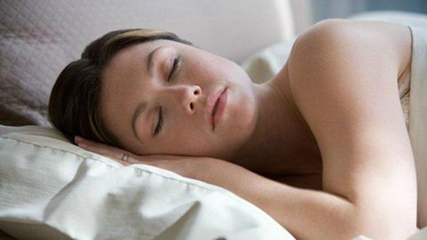 Sık rüya görmek sanıldığının aksine rahatsız uyku yapısı ve parçalanmış bir uykunun belirtisidir. Özellikle REM uyku düzensizliklerinde meydana gelir.