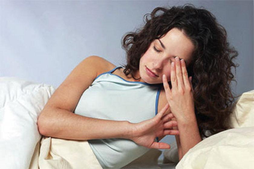 Kişi uykuya alkolün etkisiyle dalsa da kaliteli bir dinlenme süreci geçiremediği için sabah yorgun halde ve baş ağrısı ile uyanır.