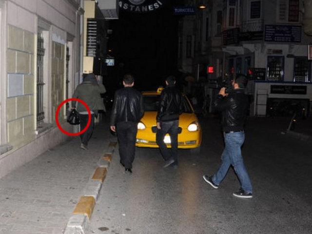 İşler Güçler' dizisinin iki yıldızı Ahmet Kural ile Murat Cemcir, önceki akşam Beyoğlu sokaklarındaydı... İstiklal Caddesi'nden çıkıp Cihangir'e doğru yürüyen ikiliden Ahmet Kural'ın elinde içki dolu bir poşet vardı.