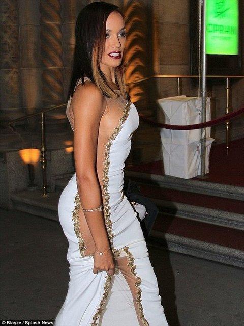 Ünlü model Selita Ebanks katıldığı bir davette giydiği cesur kıyafeti ile dikkat çekti