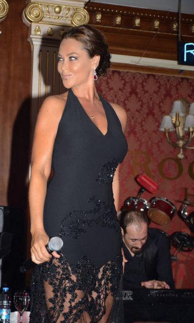 Konserlerinde Melih Yazgan imzalı iki kıyafet giyen Avşar, 5 Ekim'de çıkacak olan yeni albümünden şarkıları ilk kez Kıbrıs'ta seslendirdi.