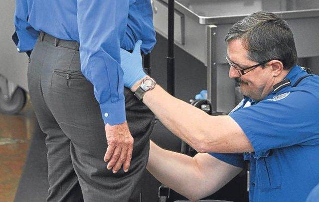 ABD havaalanlarında, özellikle sağlık nedenleriyle tam vücut tarayıcılara girmek istemeyen ve şüpheli görülen yolcuları cinsel organlarına da dokunarak arama yetkisi verilince yolcuların isyanı tavan yaptı.