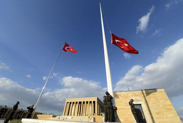 Anıtkabir'e 9 Kasım 1950'de dikilen ve 63 yıldır Türk bayrağının dalgalandığı bayrak direği, nöbeti geçici olarak devretti.