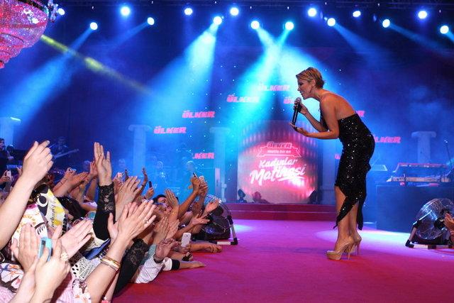 Gülben Ergen önceki gün Mehmet Ali Erbil ve Mustafa Ceceli'yle birlikte Ülker Kadınlar Matinesi etkinliğinde sahneye çıktı.