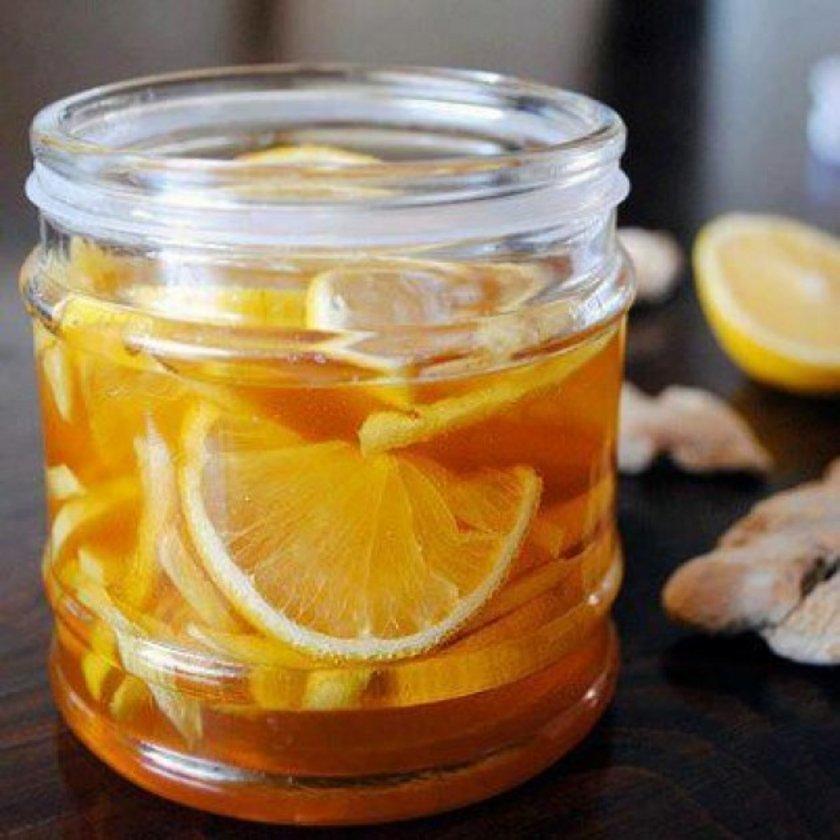 Pratik tarif: Zencefilin kabuklarını soyun ve incecik (jülyen doğrama) dilimleyin. Kavanoza yerleştirin ve limonları da ilave edin. Üzerine balı ekleyin. Kapağını sıkıca kapatın ve buzdolabına kaldırın.\nKullanırken; bir çay bardağına 1 dilim limon, zencefil şurubundan bir ya da iki yemek kaşığı koyun ve üzerine sıcak su ekleyerek karıştırıp için.