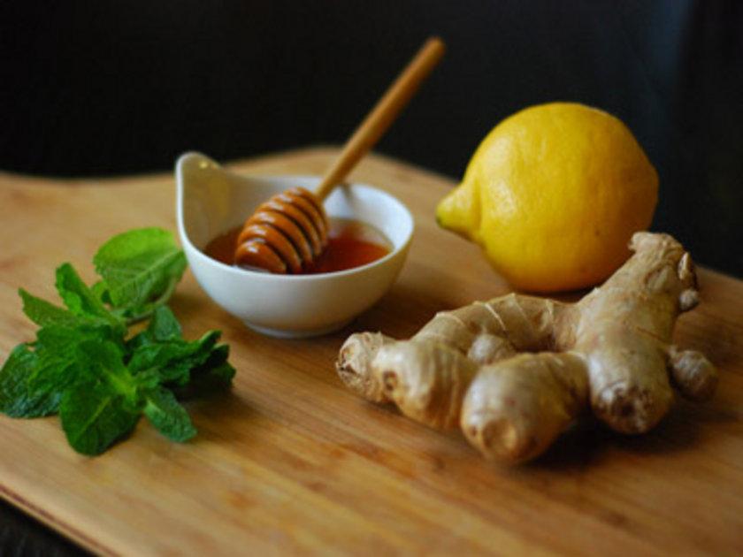 Ballı limon zencefil: Bu karışımı öksürüğe karşı doğal tedavi olarak kullanabilirsiniz.