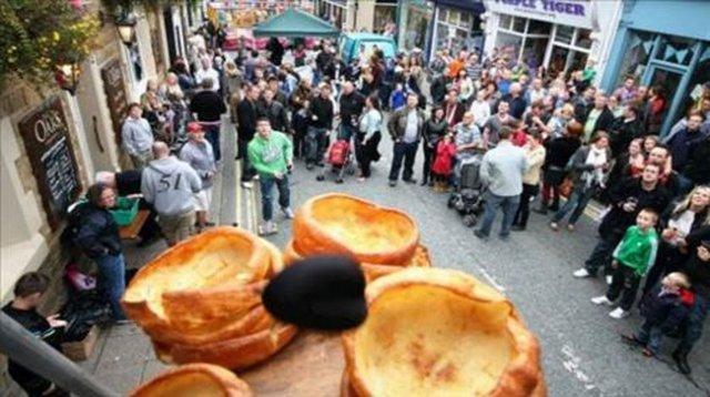 Siyah Puding Fırlatma yarışması. İngiltere'nin York ve Lancaster şehirlerinin pudingleri arasındaki çekişme, yarışmaya yansımış. Lancasterlılar siyah pudinglerini york pudingleri üzerine fırlatıyor.