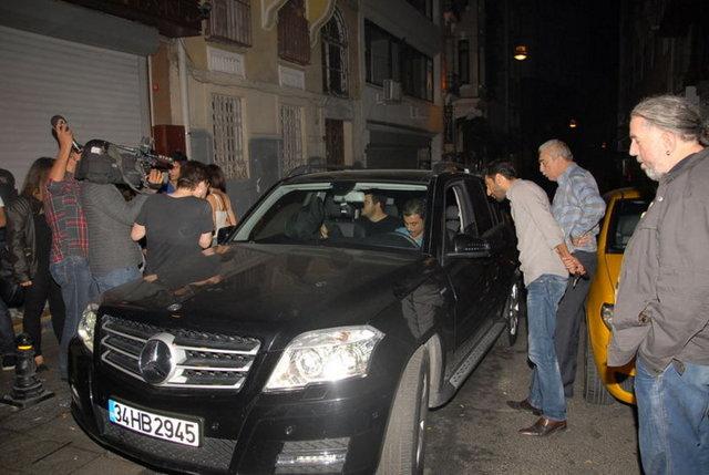 Geçen yıl kısa bir ayrılıktan sonra yeniden barıştığı Zeynep Farah Abdullah'la ilişkisi devam eden Eser Yenenler önceki akşam Beyoğlu'nda esmer bir güzelle eğlendi.