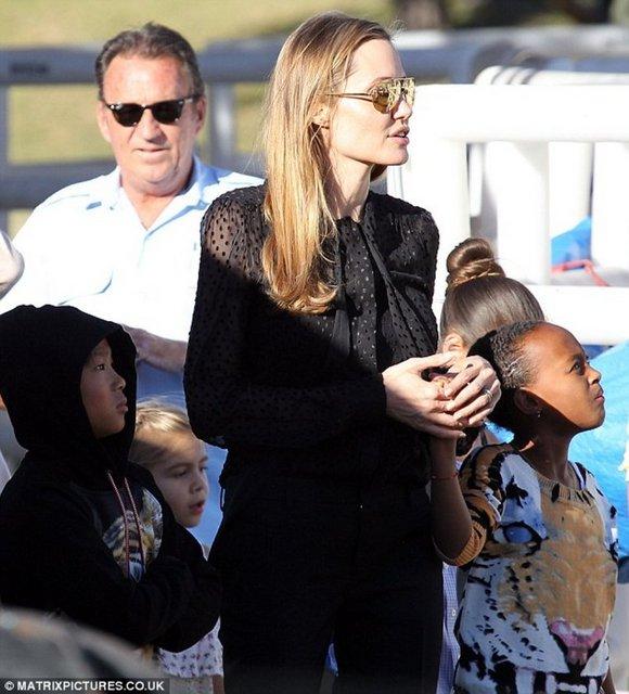 Avustralya'nın Sidney kentinde 3 çocuğu ile birlikte görüntülenen Hollywood yıldızı Angelina Jolie'nin sol yüzük parmağında kalın yüzüğün yanına ince bir yüzük daha taktığı görüldü.