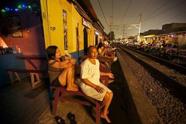 Ortasından tren geçen genelevde küçük odalar halinde 200 hayat kadını bulunuyor...