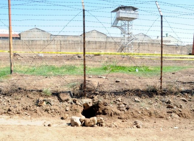 18 PKK'lının tünel kazarak firar ettiği Bingöl Cezaevi'nde görevli 37 infaz koruma memuru farklı illere gönderildi. Soruşturma kapsamında daha önce cezaevi müdürleri görevden alınmıştı.