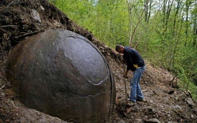 Bosna Hersek'teki bir ormanda kaç yıllık olduğu bilinmeyen, yarım metre çapında taştan bir küre bulundu.