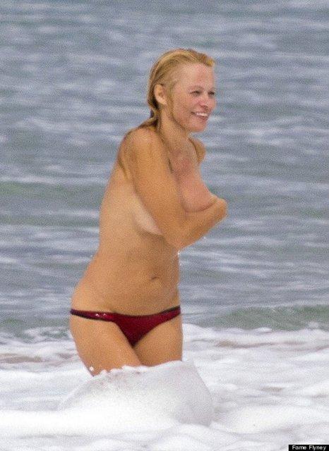 Eski eşi ve yeni sevgilisi Rick Salomon'la (45) birlikte Fransa'da tatil yapan 46 yaşındaki Pamela Anderson, denizde yine yaptı şovunu.