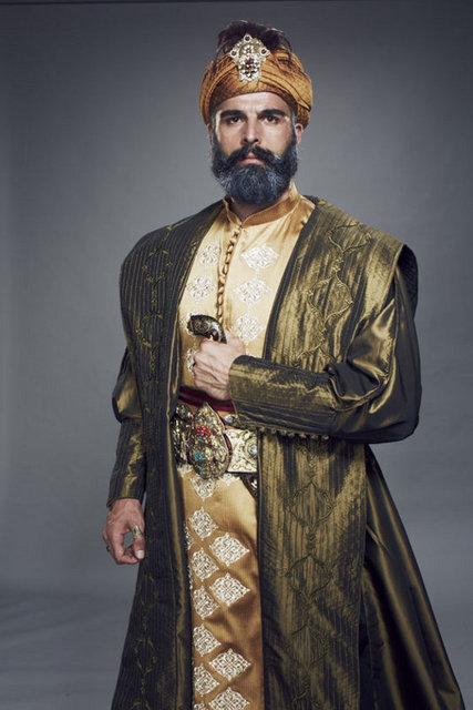 Dizinin baş rol oyuncusu Fatih'i oynayan Mehmet Akif Alakurt'un sette şiddet uyguladığını belirterek, ayrıldığını açıkladı.