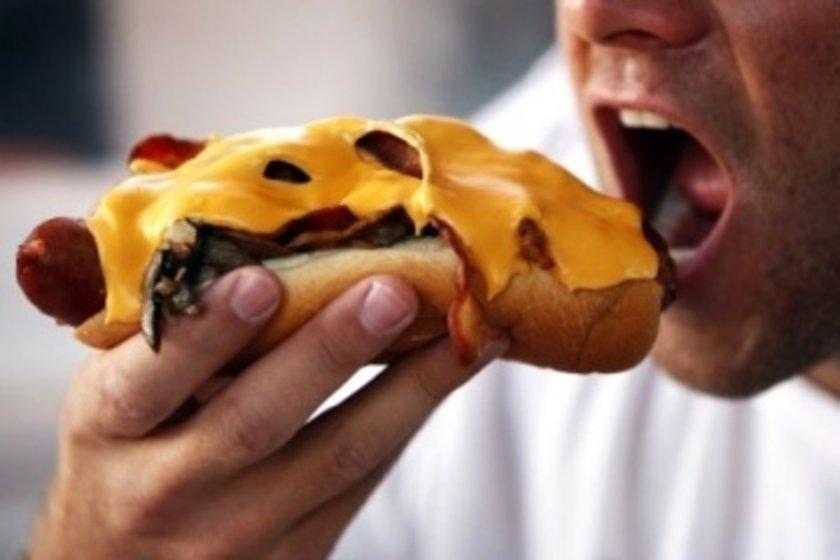 Lezzetli yiyecekleri de az yiyerek aynı tatmine ulaşabileceğinizi unutmayın. Aldığınız lezzeti uzatabilmenin en iyi yolu yavaş yavaş ve iyice çiğneyerek yemektir. Lokmanızı ağzınızda sıvı hale gelmeden yutmayın.