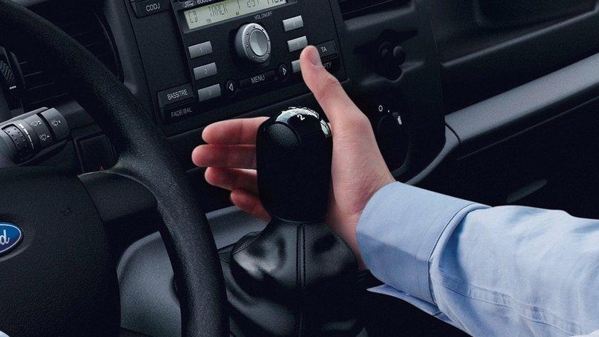 Yavaş yavaş hızlanarak ve mümkün olduğunca yumuşak vites geçişleriyle yakıt tasarrufu sağlayabilirsiniz. Manevralar ve ani frenlemeler yapmak gibi agresif sürüş tarzı yumuşak sürüşten yüzde 20 daha fazla yakıt tüketimle sonuçlanabilir.