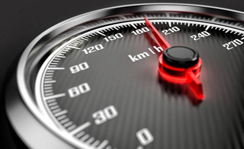 Aracın hızı arttıkça yakıt tüketimi de artar. Ancak yüksek hız gibi çok düşük hızda seyretmek de 100 kilometrede fazladan 1 litre tüketiminize neden olabilir.