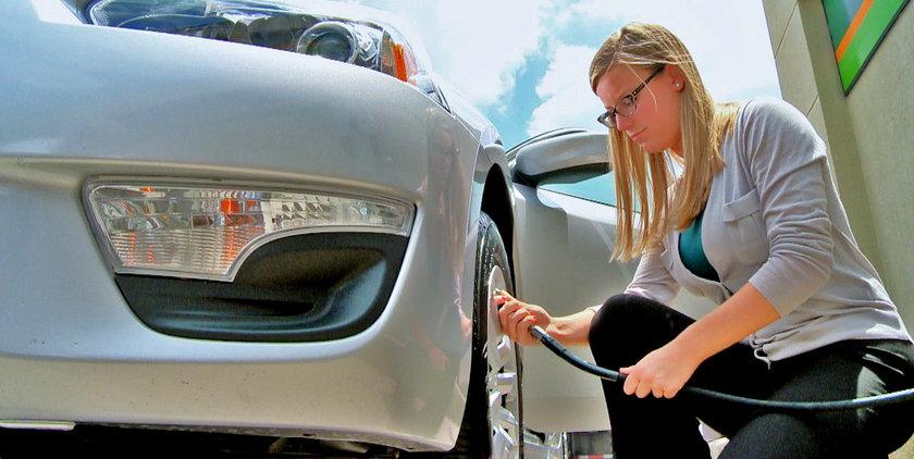 Yetersiz şişirilmiş lastikler, yuvarlanmak için daha fazla enerji gerektirir. Janta gevşek bir şekilde monte edilen lastikler zaman içinde hava basıncı kaybı gösterir. Doğru şişirme yüzde 5'e kadar yakıt tasarrufu sağlayabilir.
