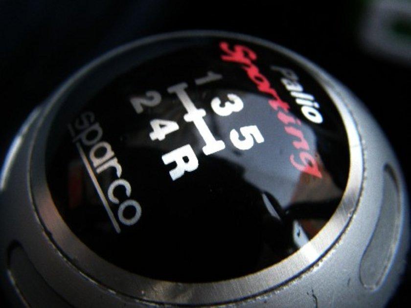 3) Mümkün olan en yüksek vitesi seçin: Otomobili belirli bir hızda mümkün olan en yüksek viteste kullanmak yakıt tasarrufunuzu arttırabilir. Düşük viteslerde, yüksek motor devriyle seyretmek yakıt tüketimini artırır.
