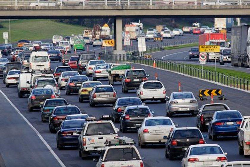 5) Aşırı rölantiden kaçının: Beklerken motoru kapatmak ve hareket için hazır olduğunuzda tekrar çalıştırmak arabayı hareketsiz durumda çalıştırmaktan daha az yakıt harcar.