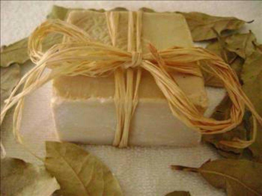 Kullandığınız sabunun gerçek defne sabunu olduğundan emin olmanız gerekir. Gerçek defne sabunu kendine özgü keskin kokulu ve açık kahverengi-yeşil renktedir\n