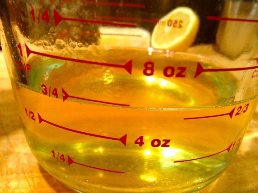 2 litre taze limon suyunun içine 20-25 adet iri diş sarımsağı koyup cam kavanozda dinlenmeye bırakın. Etrafını da folyo ile kaplayın. Her gün 1-2 kez çalkalayarak serin bir yerde saklamaya devam edin. En az 20 gün, en çok 40 gün sonra sarımsak-limon kürünüz hazır...