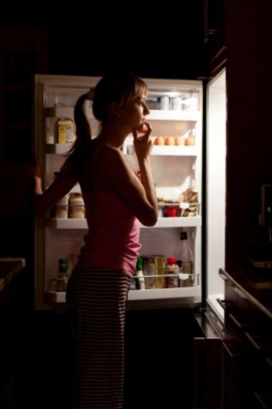Bazı kişiler ki bu kişiler daha çok psikolojik sorun yaşayanlar oluyor, gece uyandığında buzdolabının başına gittiğini hatırlasa da ne yediğini hatırlamıyor.