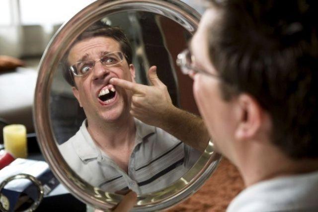 The Hangover filminde rol alan Ed Helms'in dişi bilgisayar efekti ile yok edilmemişti, çünkü aktörün o dişi zaten yoktu. Helms bir röportajında 16 yaşından beri o dişinin yerinde implant olduğunu söylemişti.