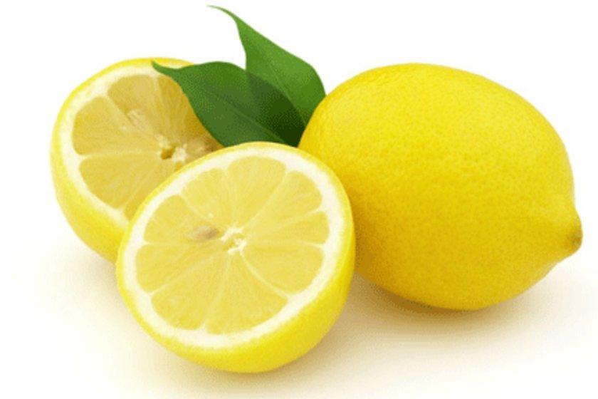 Sindirime yardım eder: Limon suyu sindirim sistemindeki toksinlerden temizleyip sağlıklı bir sindirim sağlamasının yanı sıra mide yanması, şişkinlik ve geğirme gibi hazımsızlık belirtilerini hafifletir.