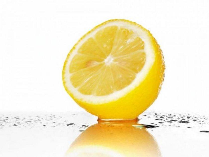 Limon, doğrudan dişlerinizin mine tabakasına zarar verebileceği için bunu bir miktar sıcak, ılık ya da soğuk suyla seyreltmeniz gerekiyor.