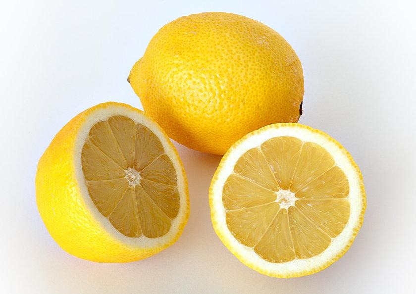 Bir kısmını ziyan etmeyip yemeklerinize yeni bir lezzet katması dışında rendelenmiş limonunuz, limonun sadece suyunda bulunandan 5 veya 10 kat daha fazla vitamin içerir. Ve evet, şimdiye kadar bunu kaybediyordunuz.