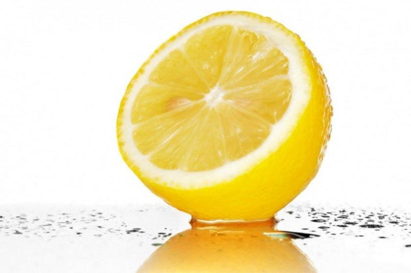 Kafeini kesmeye yardım eder: Sabahları kahve yerine bir fincan sıcak limon suyu çok faydalıdır.