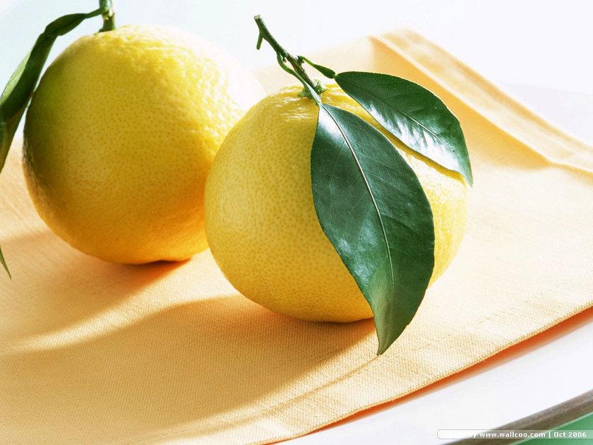 Ayrıca limon suyunu yara izlerine ve yaşlanma lekelerinin üzerine uygulayıp görünümlerini azaltabilirsiniz.