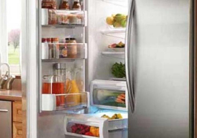 <p>Buzdolabındaki sıvı yiyeceklerin üzerinin kapatılması enerji tüketimini azaltır.</p>
