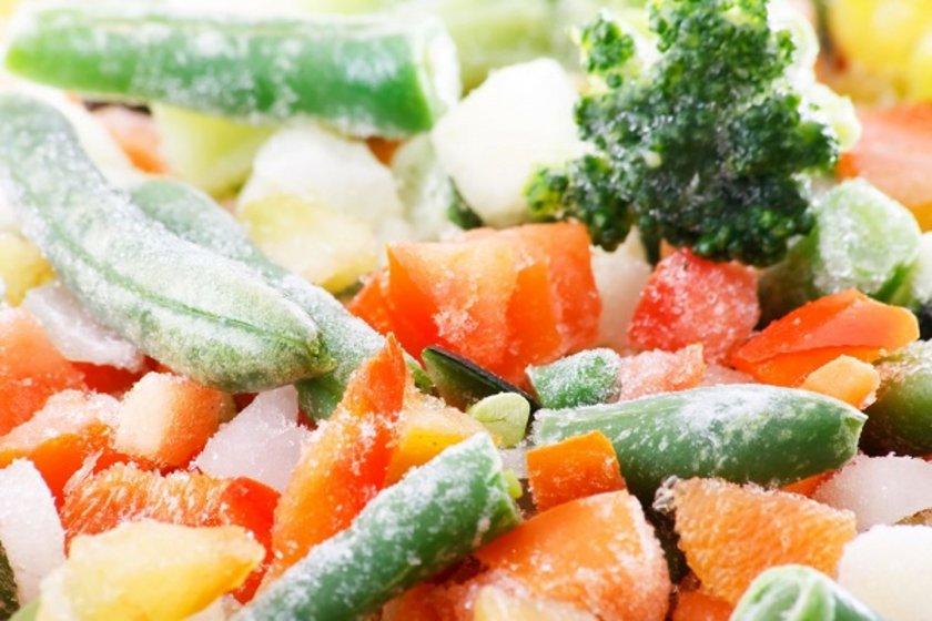 <p>Dondurulmuş gıdaların derin dondurucudan bir gün önce çıkarıp buzdolabınıza konulması, dolaba soğukluk vereceği için elektrik tüketiminde tasarruf sağlar.</p>