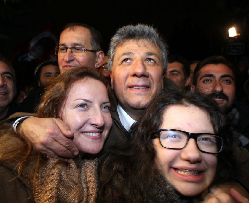 """Mustafa Balbay'ın eşi Gülşah Balbay da eşinin tahliye edilmesinden dolayı büyük mutluluk duyduğunu, kendisini """"yeni gelin"""" gibi hissettiğini ifade etti."""