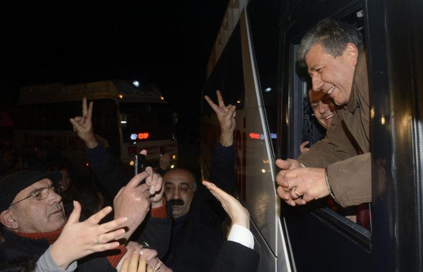 Mustafa Balbay, Sincan Cezaevi'nden tahliye olduktan sonra, CHP'nin seçim otobüsüyle uzun bir konvoy eşliğinde evine geldi.