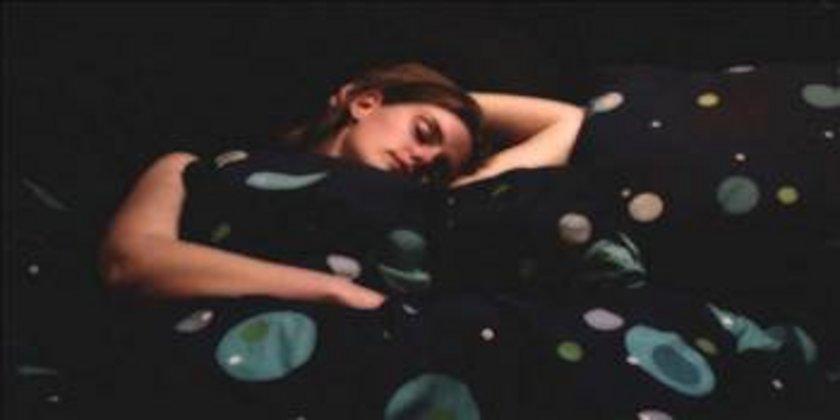 Amerikan Academy of Sleep Medicine adına konuşan Georgia Üniversitesi profesörü Michael Deckera göre Uyurken vücudumuz kendini oda sıcaklığına göre alıştırır ve vücut ısımızdan biraz daha düşük bir odada uyursak, daha rahat uyuruz.