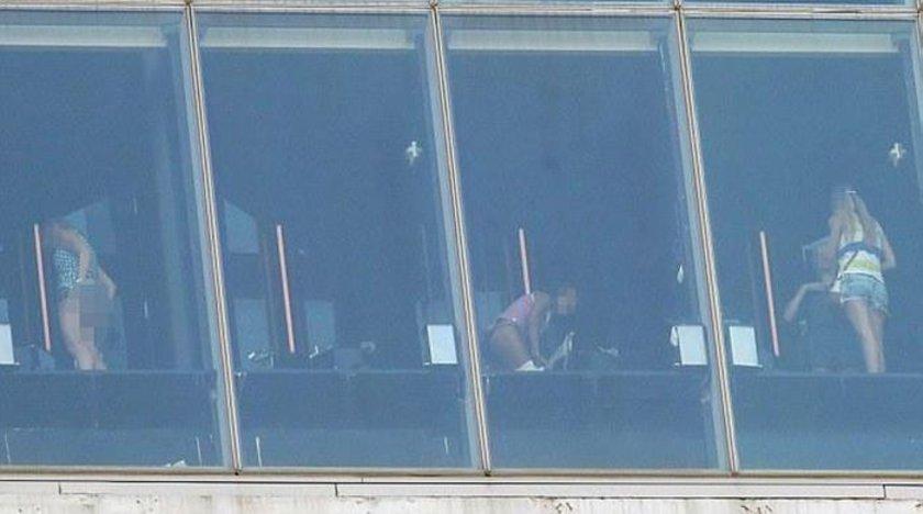 Tuvalet kullanıcıları ve otelin çatısındaki salonu ziyaret edenler arasında Leonardo DiCaprio ve Cameron Diaz gibi ünlüler de var.
