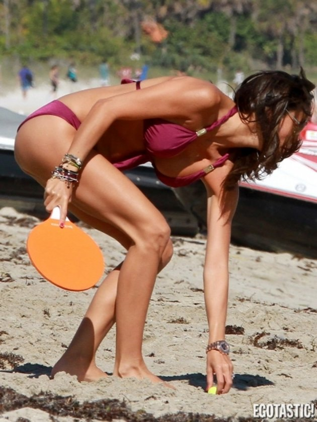 Plajda tenis maçı