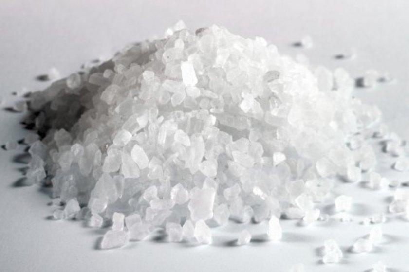 Evde bir bardak sirkenin içerisine tuz kristali atılıp bir süre beklenince 10 dakika sonra alttan üste doğru gaz kabarcıkları çıkar.