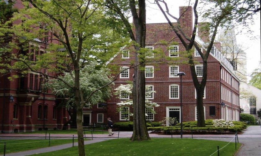1-Harvard Üniversitesi\n<br>En önemli mezunları, ABD Başkanı Barack Obama, George W. Bush, John F. Kennedy, ve Theodore Roosevelt bulunmaktadır.