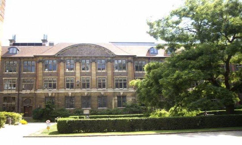 8-Cambridge Üniversitesi<br>\n\nSir Isaac Newton, Francis Bacon, Charles Darwin, Stephen Hawking, Kral George VI, Oliver Cromwell ve John Harvard...