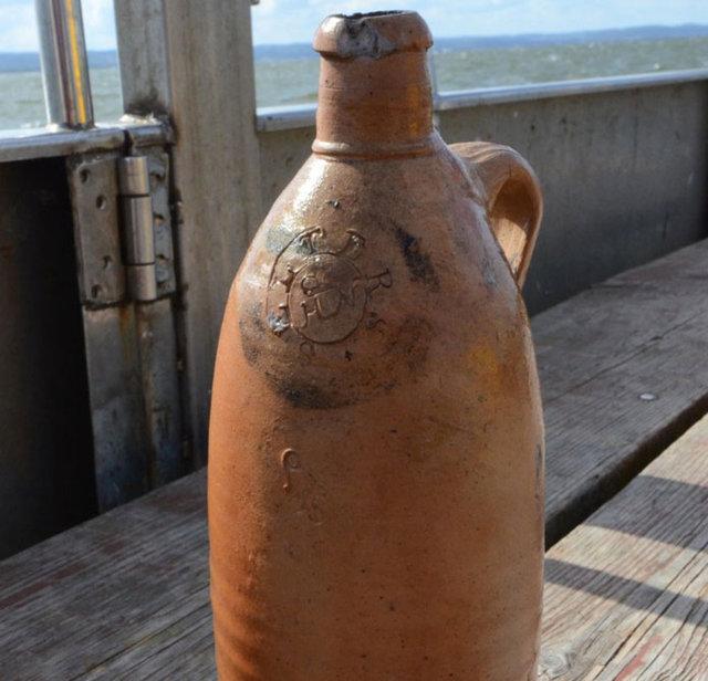 Arkeologlar, şişelerin içinde halen bölgede satışı yapılan bir maden suyunun bulunduğunu söylerken, diğer bir şişede de bir içkinin bulunduğunu bildirdiler.