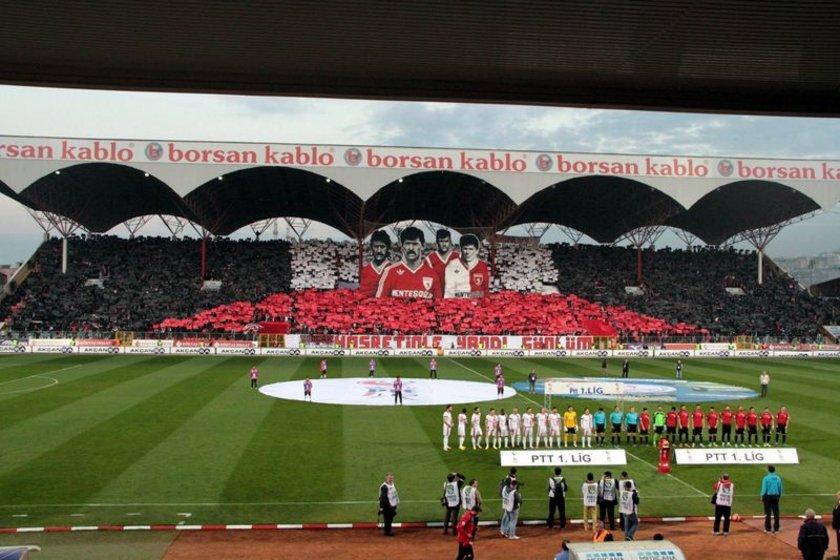 Samsunspor taraftarı, 20 Ocak 1989 yılında takımının geçirdiği trafik kazasında hayatını kaybeden Samsunspor teknik heyeti ve oyuncularını andı.