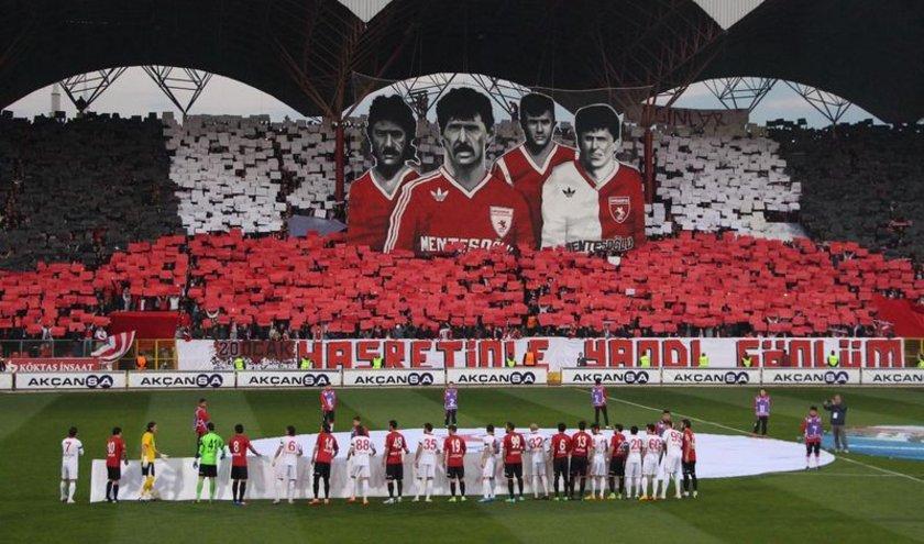Ayrıca Samsunsporlu oyuncular sahaya siyah bantla çıktılar.