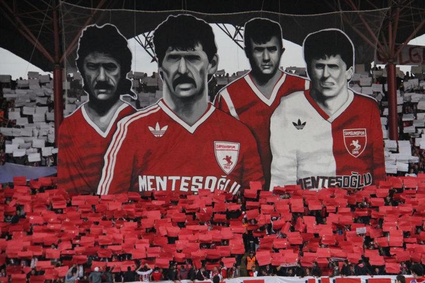 Taraftarlar hayatlarını kaybeden Samsunspor Teknik Direktörü Nuri Asan, oyuncular Zoran Tomiç, Muzaffer Badaloğlu ve Mete Adanır'ın resimlerini 3 boyutlu koreografi şeklinde maç öncesi sergilediler.