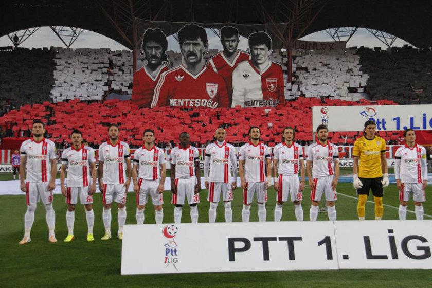 PTT 1. Lig ekiplerinden Samsunspor, taraftarları maraton tribününde maç öncesi yaptıkları koreografi başta teknik direktör olmak üzere herkesi duygulandırdı.