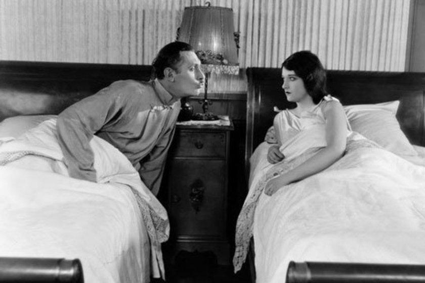 Bir ankete göreyse ayrı yataklarda yatan 60 çiftin evliliklerinde daha mutlu oldukları gözlendi. \n